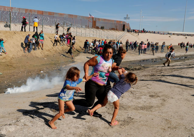 لاجئون بالقرب من الحدود المكسيكية والأمريكية