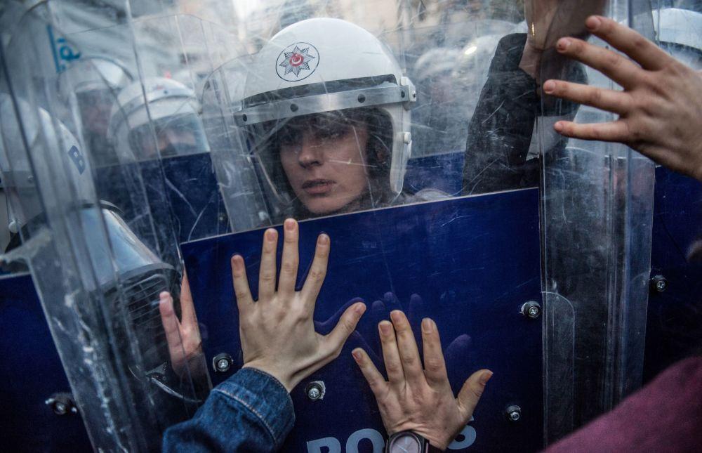ضابطة شرطة لمكافحة أعمال الشغب التركية، أثناء الاشتباك مع نشطاء حقوق المرأة لدى محاولتهم السير إلى ميدان تقسيم، للاحتجاج على العنف ضد المرأة (بمناسبة اليوم العالمي للقضاء على العنف ضد المرأة) في اسطنبول، في 25 نوفمبر/ تشرين الثاني 2018 ،