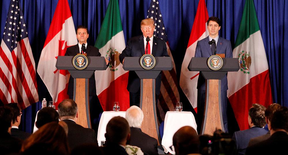 الرئيس الأمريكي دونالد ترامب، ورئيس الوزراء الكندي جاستين ترودو، ورئيس المكسيك إنريكي بينا نييتو، يحضران مراسم توقيع اتفاقية اتحاد المهاجرين الأمريكيين، قبل قمة مجموعة العشرين (G20) في العاصمة الأرجنتينية بوينس آيرس، 30 نوفمبر/ تشرين الثاني 2018.