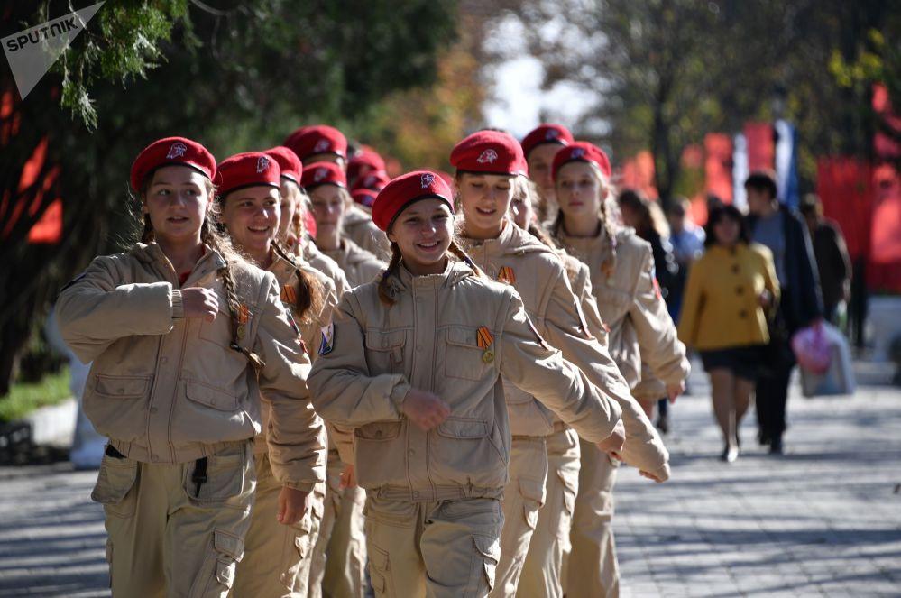 أعضاء يون أرميا (الجنود اليافعون) خلال افتتاح مجمع  كورغان التذكاري بعد إعادة إعماره في سيفاستوبل، القرم