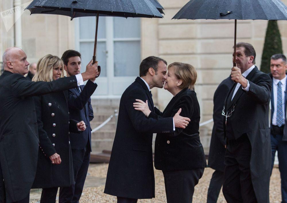 الرئيس الفرنسي إيمانويل ماكرون يستقبل المستشارة الألمانية أنجيلا ميركل في قصر يليزيه في باريس، فرنسا، نوفمبر/ تشرين الثاني 2018