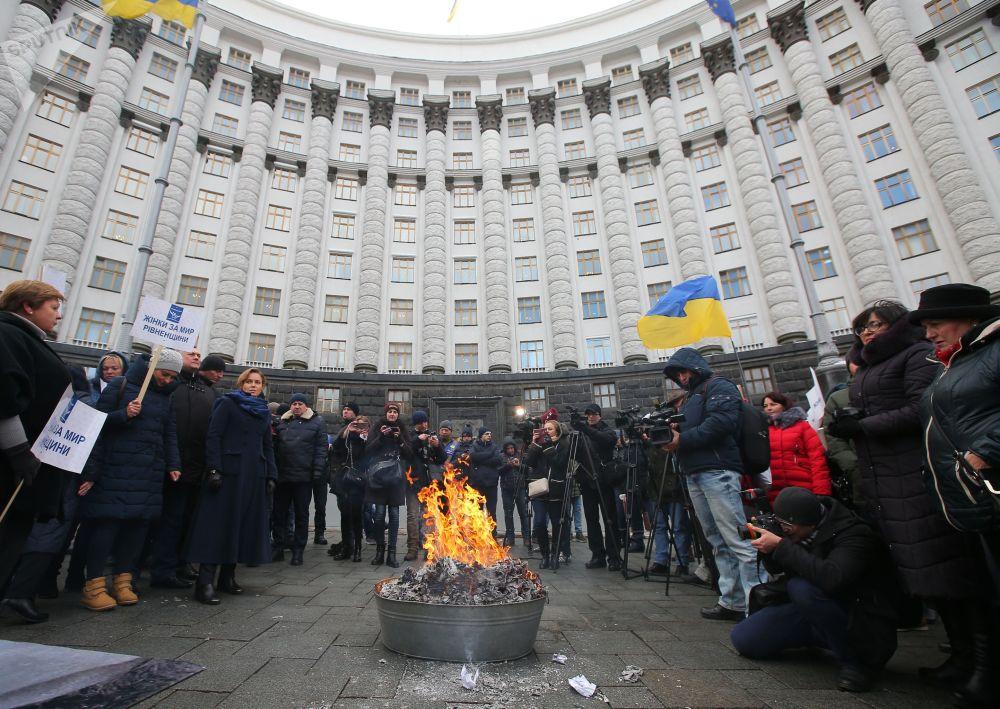 مشاركون في مسيرة الأمهات في كييف، والمطالبين بإقالة وزيرة الصحة الأوكرانية أوليانا سوبرون، وتوفير الرعاية اللازمة لأطفال اليتامى وذوي الاحتياجات الخاصة، وخفض أسعار الغاز، وتوفير المساعدات بخصوص فواتير الخدمات العامة في أوكرانيا