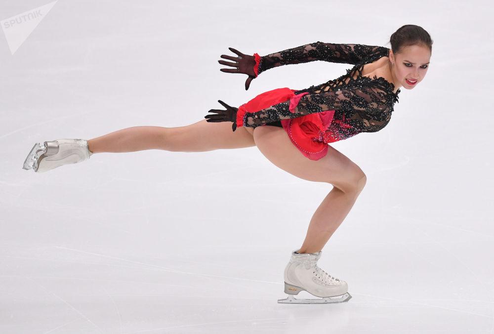 الروسية ألينا زاغيتوفا خلال فقرة التزلج الحر في البطولة الخامسة للجائزة الكبرى للتزلج في موسكو