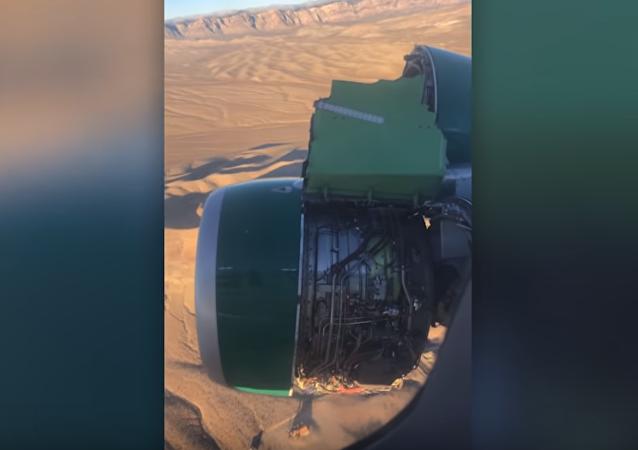 تحطم محرك طائرة ركاب في الهواء