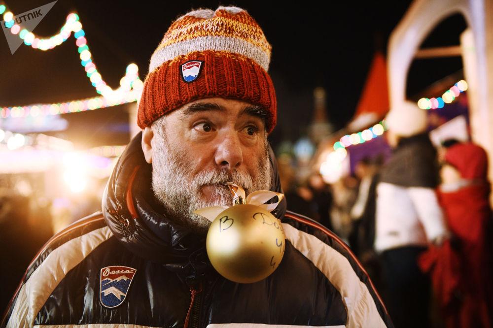 افتتاح حلبة التزلج على الساحة الحمراء في موسكو - مدير مجموعة شركات Bosco di Ciliegi ميخائيل كوسنيروفيتش يهنئ وكالة روسيا سيغودنيا بمناسبة مرور خمسة أعوام لتأسيسها