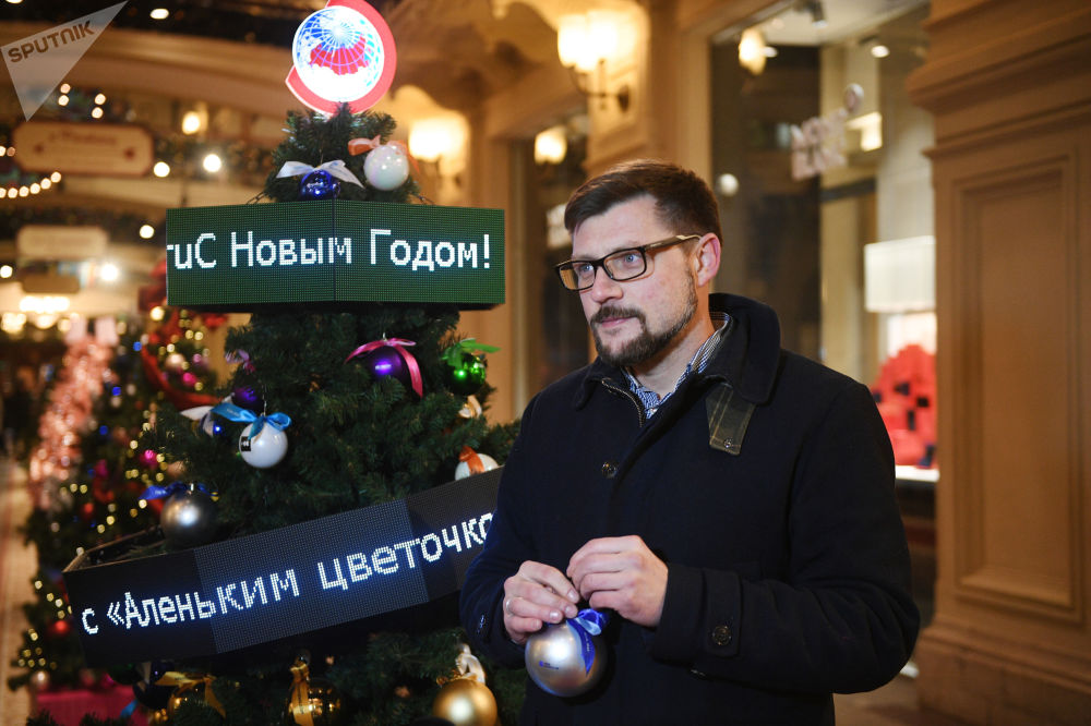 افتتاح حلبة التزلج على الساحة الحمراء في موسكو - النائب الأول للمدير العام لوكالة روسيا سيغودنيا سيرغي كوتشيتكوف يهنئ بمناسبة مرور خمسة أعوام لتأسيسها