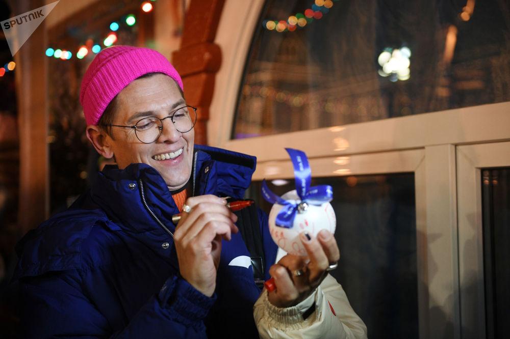 افتتاح حلبة التزلج على الساحة الحمراء في موسكو - المصمم فلاد ليسوفيتس يهنئ وكالة روسيا سيغودنيا بمناسبة مرور خمسة أعوام لتأسيسها