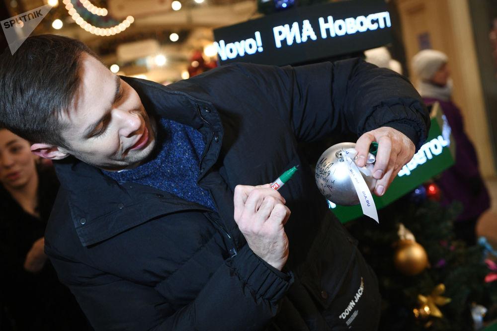 افتتاح حلبة التزلج على الساحة الحمراء في موسكو - المغني الروسي ستاس بييخا يهنئ وكالة روسيا سيغودنيا بمناسبة مرور خمسة أعوام لتأسيسها