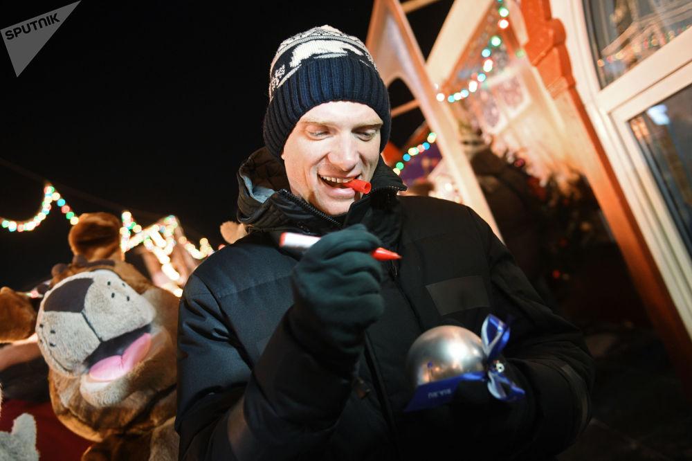 افتتاح حلبة التزلج على الساحة الحمراء في موسكو - الممثل الروسي أندريه بوركوفسكي يهنئ وكالة روسيا سيغودنيا بمناسبة مرور خمسة أعوام لتأسيسها