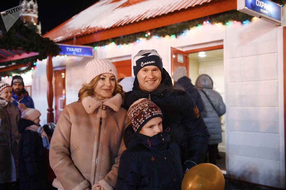 افتتاح حلبة التزلج على الساحة الحمراء في موسكو -لاعب جمباز أليكسي نيموف وأسرته