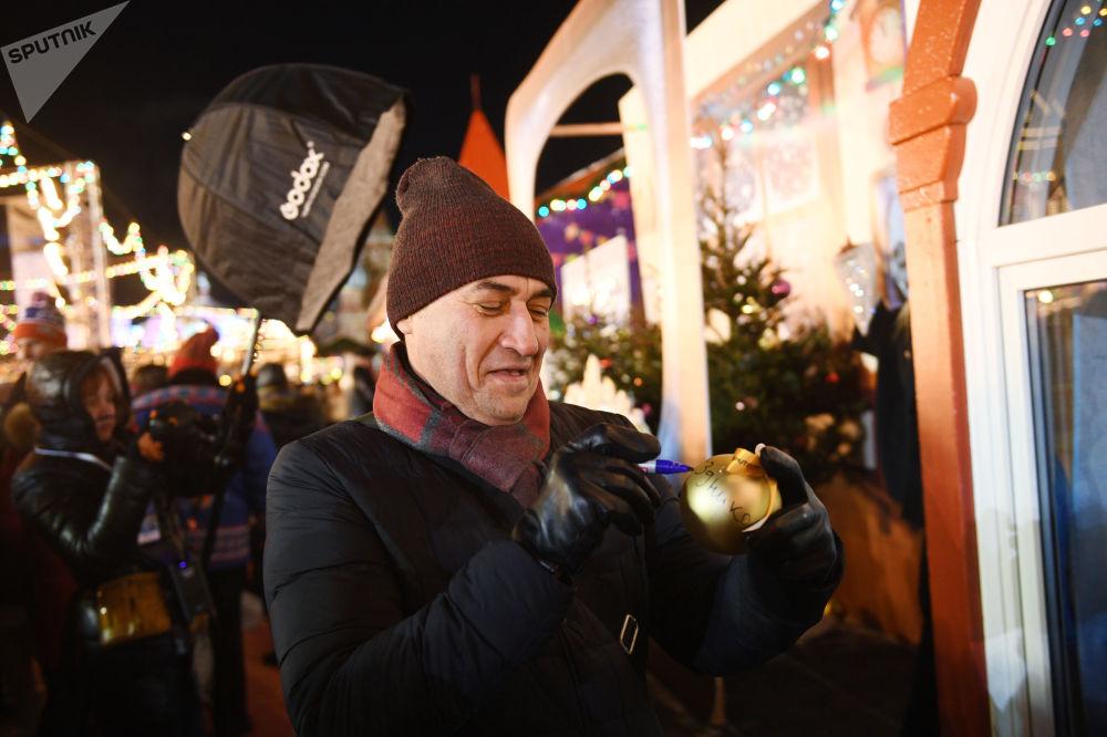 افتتاح حلبة التزلج على الساحة الحمراء في موسكو - الممثل الروسي كاميل لارين