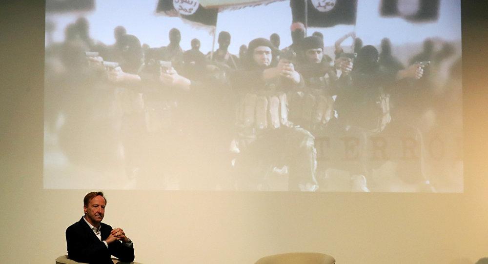 أليكس يونغر رئيس جهاز المخابرات المعروف باسم MI6 يلقي خطابًا في جامعة سانت أندروز  في إسكتلندا