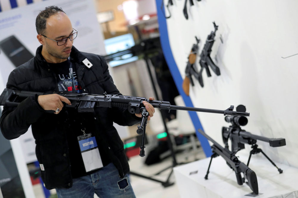 زائر يتفقد سلاحا في معرض إيديكس 2018 في القاهرة، 2018