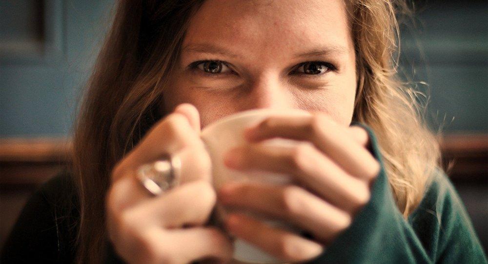 العلماء يحذرون من شرب القهوة والشاي على متن الطائرة