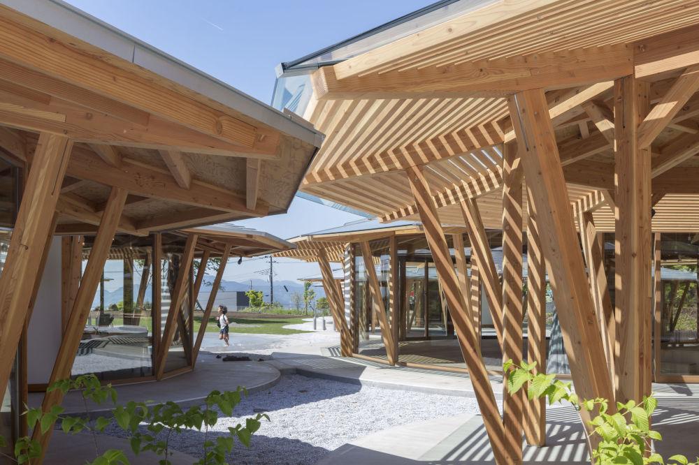 مشروع معماري لروضة أطفال Muku في اليابان، الذي فاز في فئة مشروع البناء المكتمل للمدارس