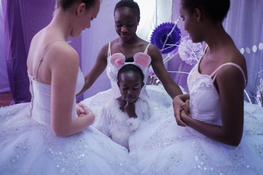راقصات من مركز كينيا للرقص قبل بدء عرض الباليه المسرحي شيلكونتشيك، 2 ديسمبر/ كانون الأول 2018