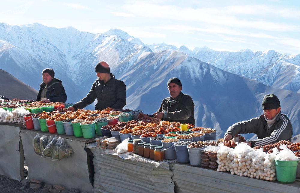بائعو الفواكه المجففة عند ممر جبلي في طاجيكستان