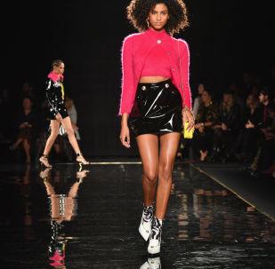 عرض أزياء لـ فيرساتشي في نيويورك، الولايات المتحدة 2 ديسمبر/ كانون الأول 2018