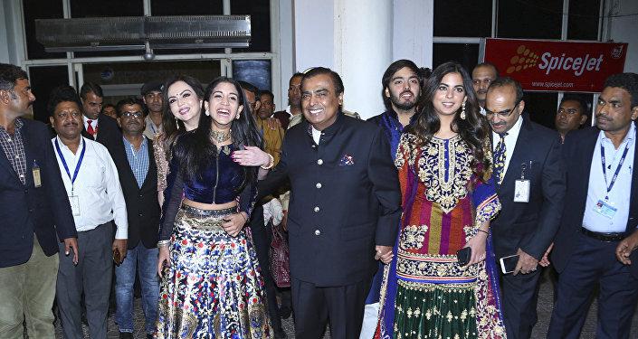 موكيش أمباني الميلياردير الهندي مع ابنته