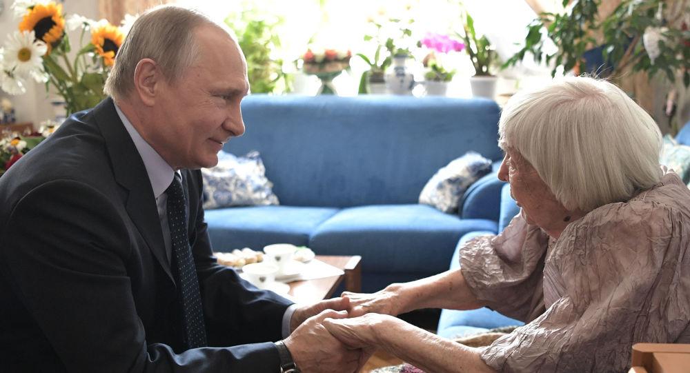الرئيس الروسي فلاديمير بوتين مع الناشطة الحقوقية ليودميلا أليكسييفا