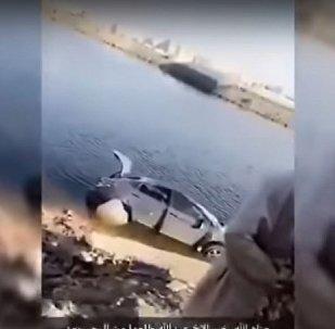 فتاة سعودية تسقط من أعلى جسر بسيارتها