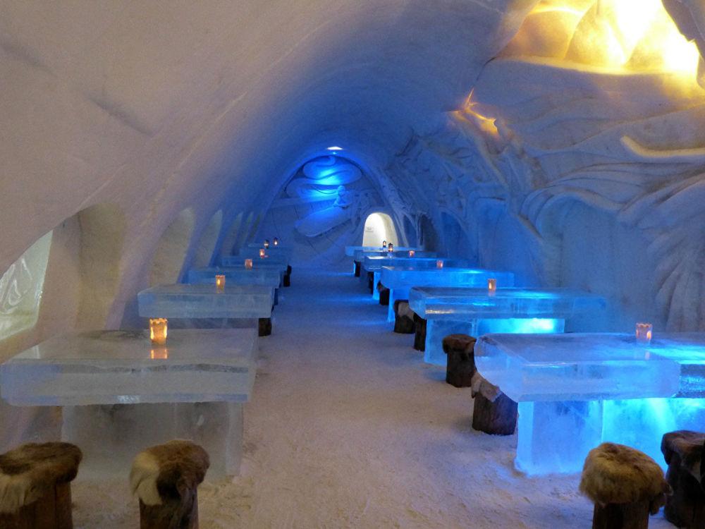 مطعم لومي لينا (LumiLinna) في قلعة الثلج في مرفأ كيمي الداخلي، فنلندا