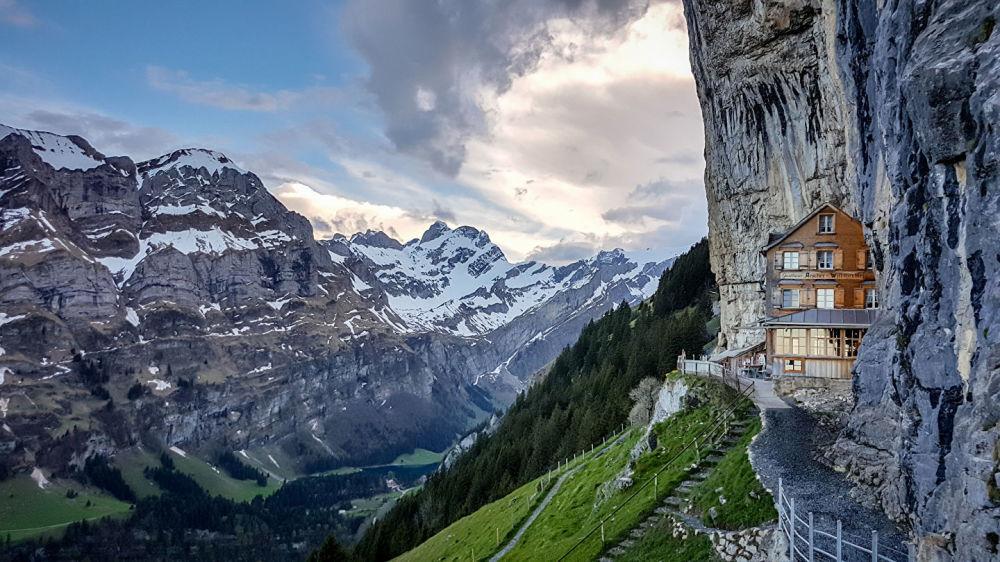 فندق بيرغاستاوس آيشير (Berggasthaus Aescher) في جبال الألب بسويسرا