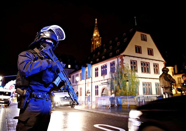 قوات الأمن الفرنسة في أثناء تأمين منطقة يجري فيها البحث عن المشتبه به بإطلاق النار في مدينة  ستراسبورج