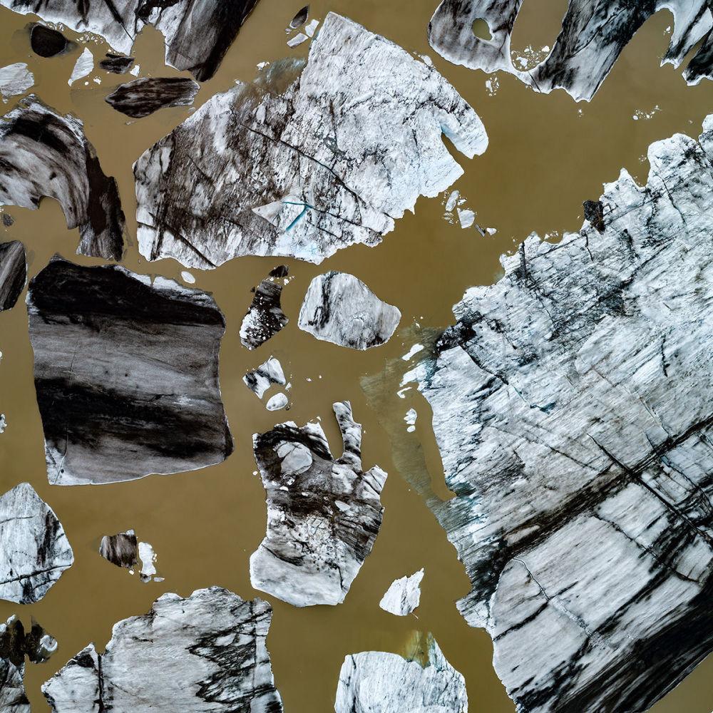 قطع جليدية عائمة في منطقة جوكولسارلون، وهي من أشهر البحيرات الجليدية في آيسلندا