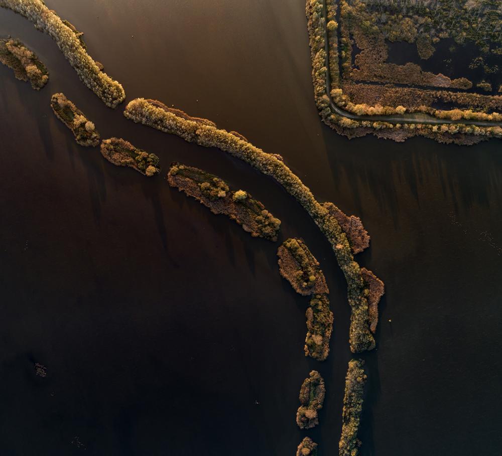 نهر زالا المتعرج، الذي يتدفق عبر مستنقع كيس-بالاتون بالقرب من زالافارا، بحيرة بالاتون، المجر