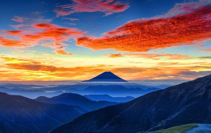 مشهد يطل على جبل فوجي في اليابان