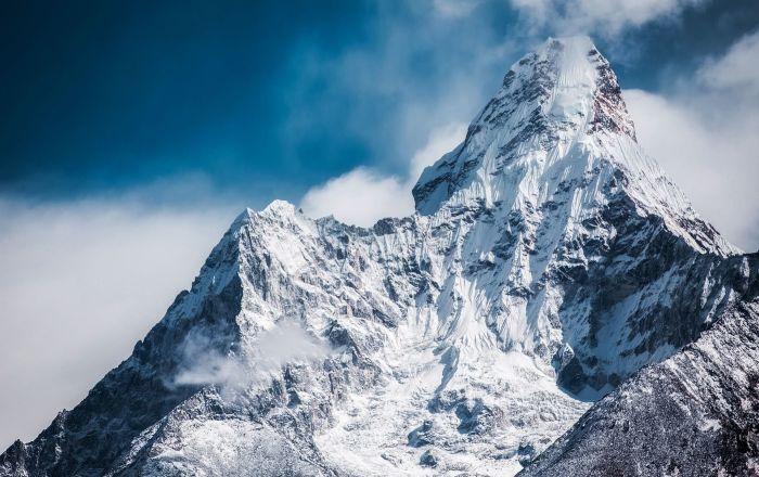 """""""السجادة الطائرة"""" فوق الجبال تذهل مستخدمي التواصل الاجتماعي… فيديو"""