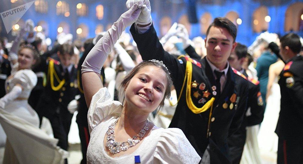 حفل الرقص لتلامذة معهد سوفوروف العسكري في قاعة الكرملين