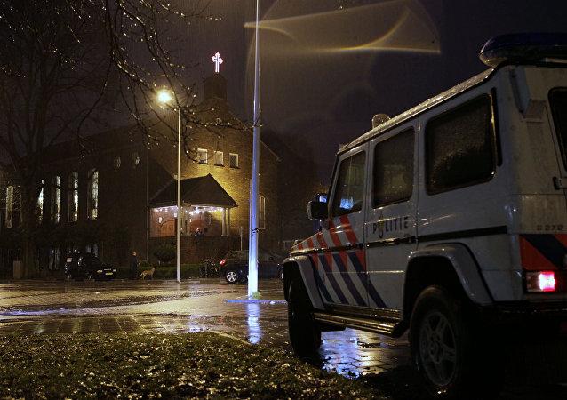 مركبة تابعة للشرطة تحرس الكنيسة القبطية، في أمستردام ، هولندا