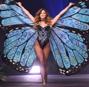 نتاليا كارفاجال، ملكة جمال كوستا ريكا لعام 2018، على المسرح خلال مشاركتها في فقرة الأزياء التقليدية، في إطار مسابقة ملكة جمال الكون 2018 في تايلاند 10 ديسمبر/ كانون الأول 2018