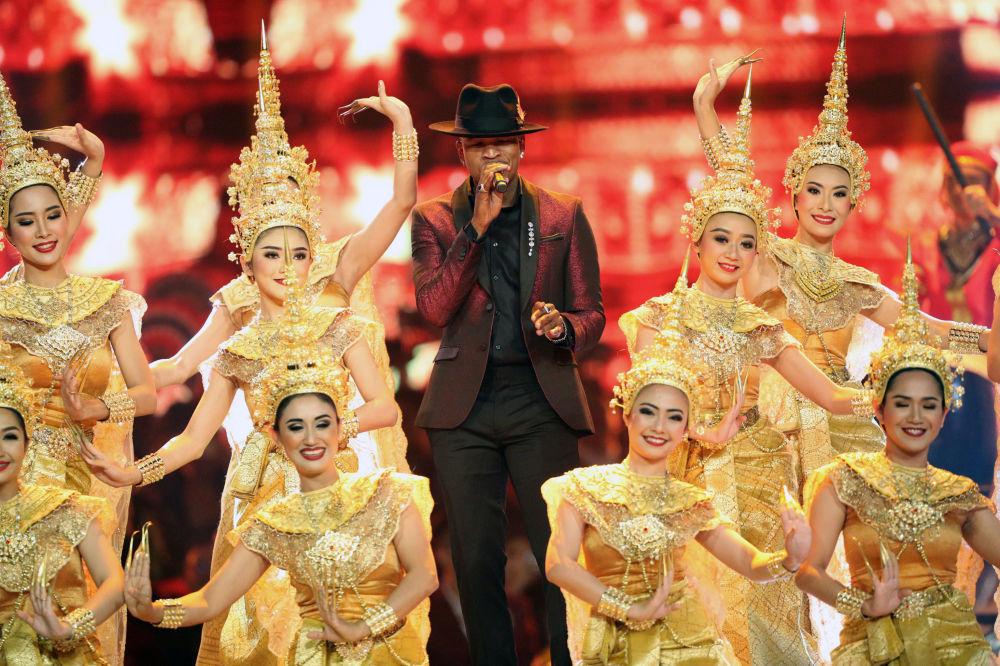 المغني الأمريكي ني-يو (Ne-Yo) خلال فقرة غنائية في  مسابقة ملكة جمال الكون لعام 2018 في بانكوك، تايلاند 17 ديسمبر/ كانون الأول 2018