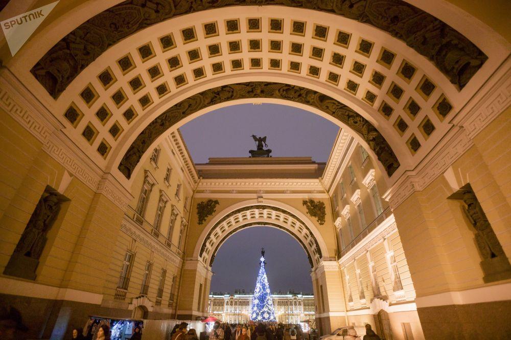 شجرة عيد الميلاد في دفورتسوفايا بلوشياد (ساحة القصر) في مدينة سان بطرسبورغ، روسيا، ديسمبر/ كانون الاول 2018