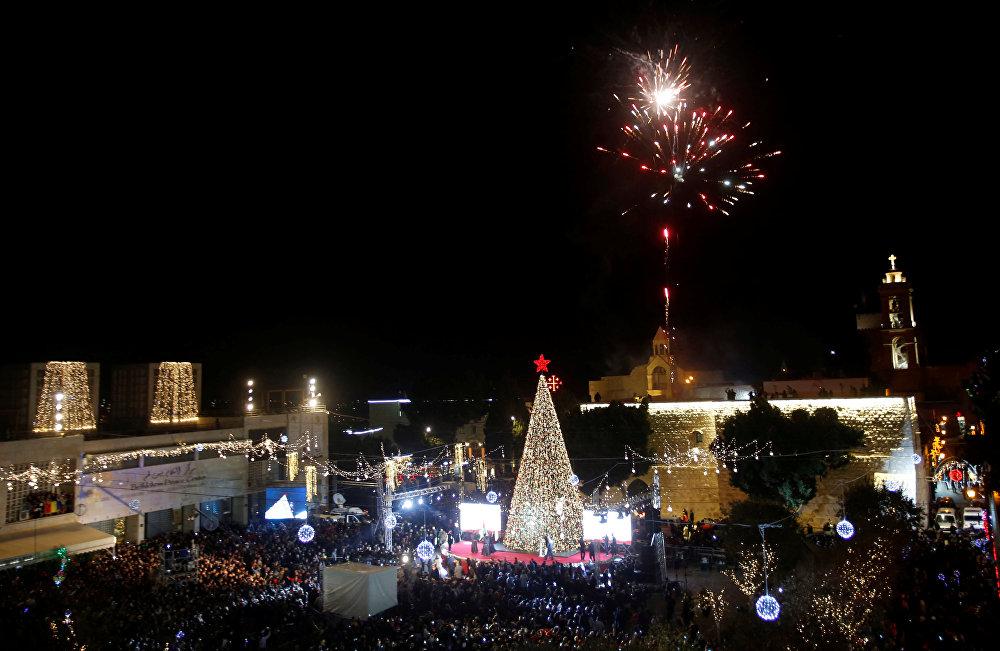 مراسم احتفالية وإضاءة شجرة عيد الميلاد في ساحة كنيسة المهد في بيت لحم، الضفة العغبية، فلسطين 1 ديسمبر/ كانون الأول 2018