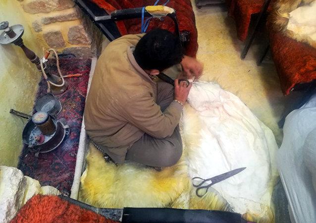 الفرواتي يعيد النبض إلى سوق الزرب المدمر في حلب القديمة