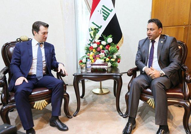 حسن كريم الكعبي النائب الأول لرئيس مجلس النواب العراقي والقنصل الروسي بسفارة روسيا في بغداد إلكسندر تروخين