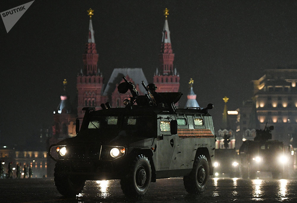 عربة مدرعة من طراز Tiger في الميدان الأحمر في موسكو.