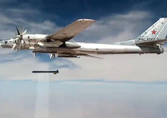 طائرة تو-95إم إس تطلق صواريخ على مواقع الإرهابيين في سوريا