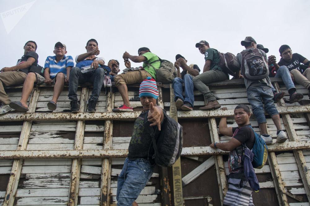 مهاجرون من هندوراس، ضمن قافلة المهاجرين واللاجئين، متوجهون من المكسيك إلى حدود الولايات المتحدة الأمريكية