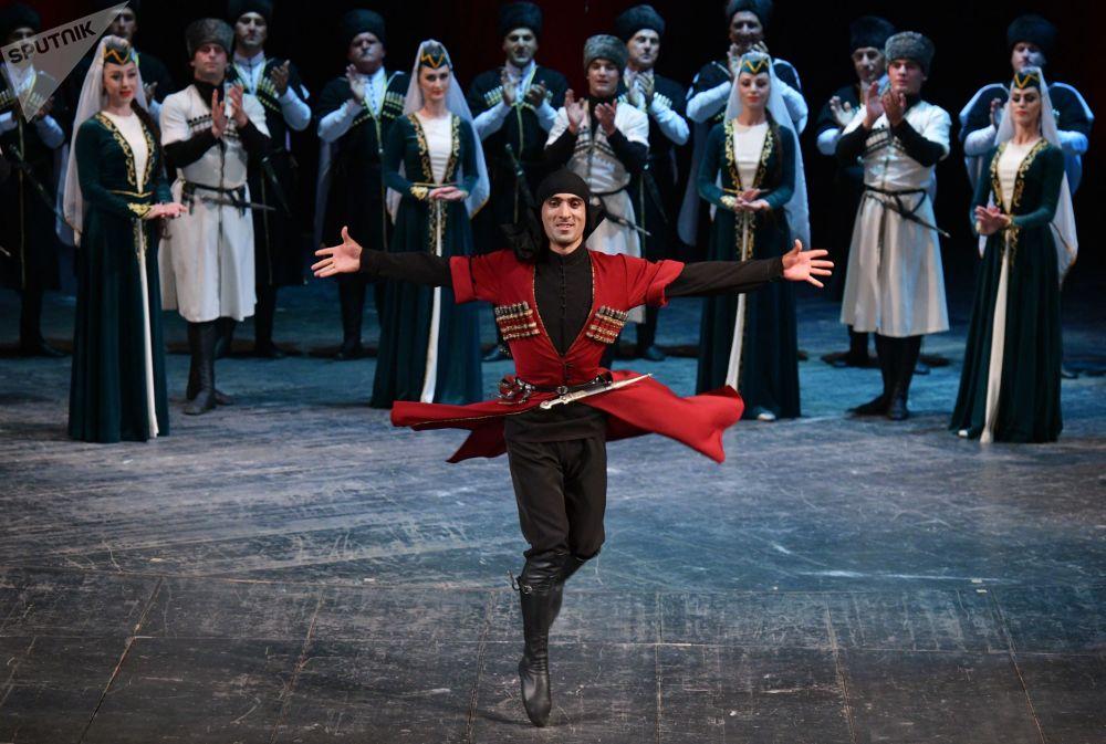 فرقة الأغني والرقص الشعبي تقدم عرضا بمناسبة الاحتفال بالذكرى الـ 10 للاعتراف باستقلال أبخازيا من قبل الاتحاد الروسي في مدينة سوخومي
