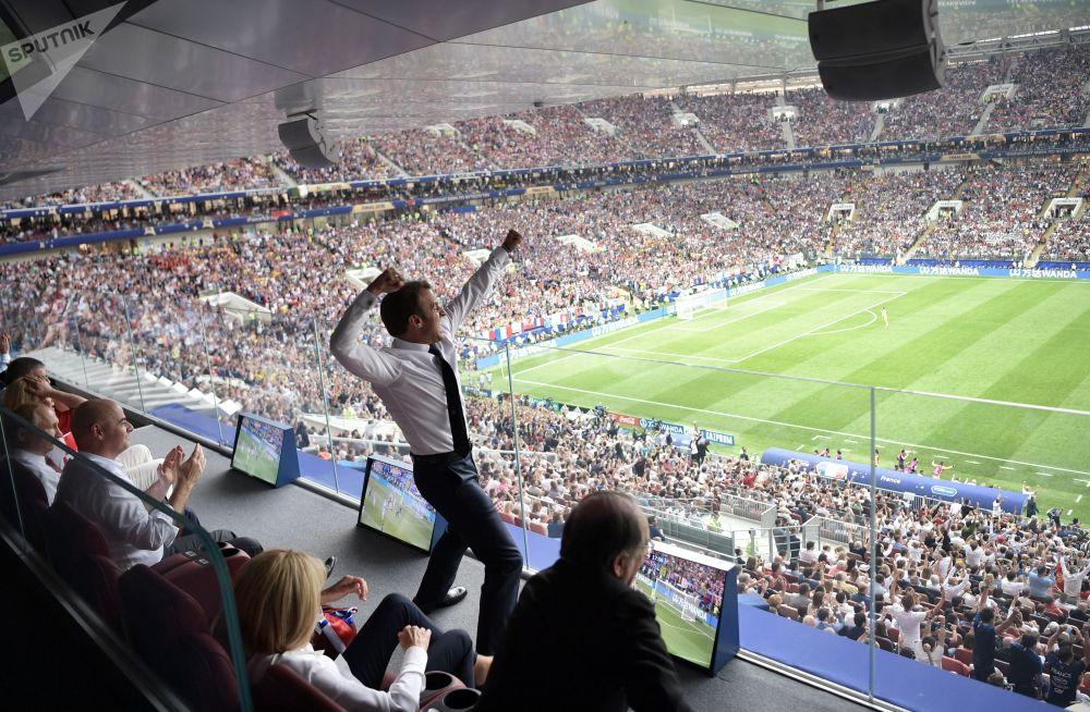 الرئيس الفرنسي يبدي فرحه بفوز المنتخب الفرنسي ضد نظيره الكرواتي، في المباراة النهائي بملعب لوجنيكي بموسكو