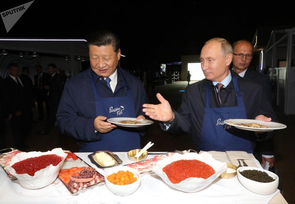 الرئيسان الروسي فلاديمير بوتين ونظيره الصيني يطهوان الفطائر المحلاة في إطار منتدى الشرق الاقتصادي في فلاديفوستوك، 11 سبتمبر/ أيلول 2018