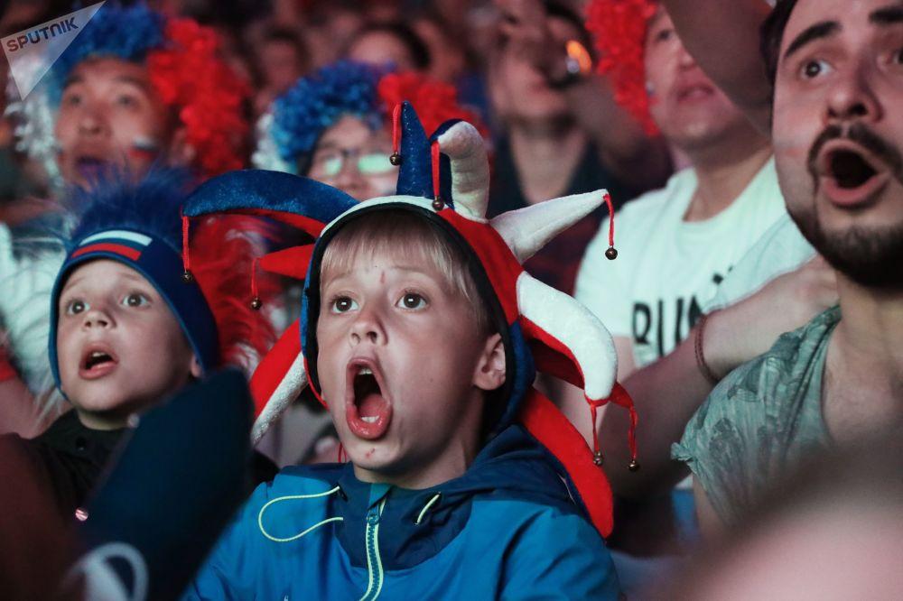 مشجعون خلال مشاهدة مباراة، مرحلة المجموعة، بين روسيا ومصر، لبطولة كأس العالم روسيا 2018
