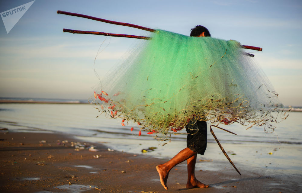 صياد على شاطئ في قرية كي غا في الفيتنام