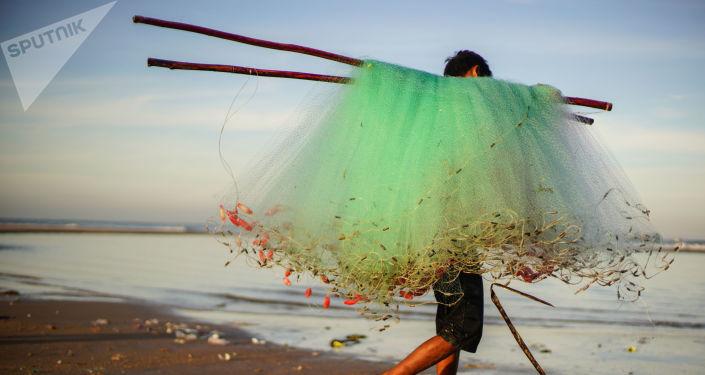 صياد يحطم الرقم القياسي باصطياده سمكة شبوط تزن 6 كيلوغرامات ونصف