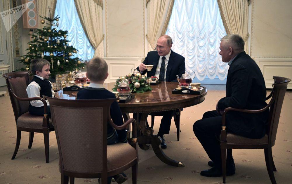 الرئيس فلاديمير بوتين يلتقي بالطفل أرتيوم باليانوف، من منطقة لينينغراد، المصاب بـ متلازمة لوبشتاين (تكون العظم الناقص)، الذي كان يحلم برؤية مدينة سان بطرسبورغ.